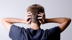 gürültü, gürültü kirliliği, kulaklarını tıkayan insan, duyma güçlüğü